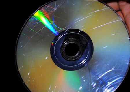 Визуально осмотрите диск на наличие царапин