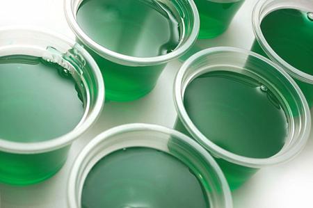 Прежде чем переливать готовую смесь в чашки, добавьте немного зеленого или голубого пищевого красителя