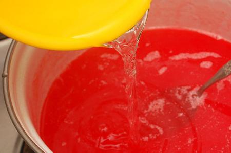 Смешайте охлажденную алкогольную субстанцию с жидким желе