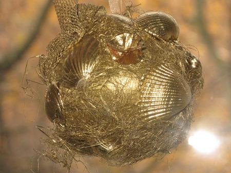 шарик из пенопласта, обклеенный осколками различных раковин (или мелкими ракушками) и блестящими элементами