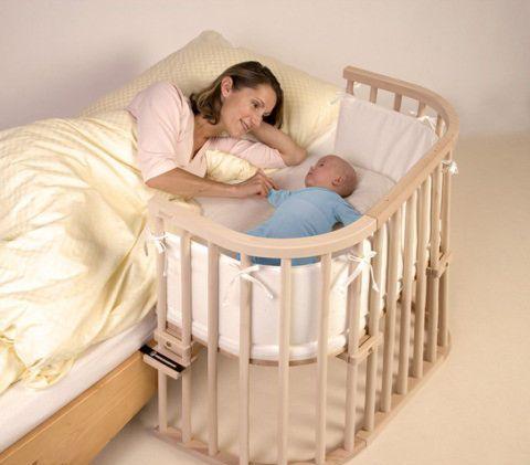 люлька малыша рядом с маминой кроватью