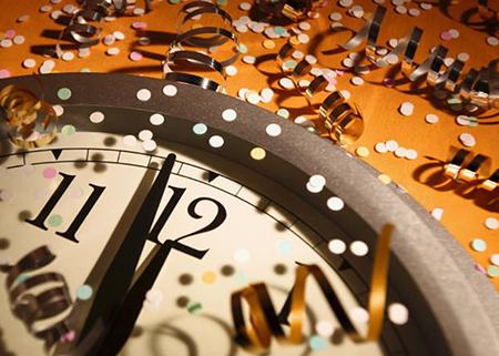 Пришло то время года, когда мы обычно разбираемся на антресолях и в глубинах шкафов – в поиске пыльных коробок, наполненных сверкающими или пушистыми остатками прошлых новогодних праздников