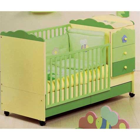 детская кроватка в зеленых тонах с регулирующейся перегородкой