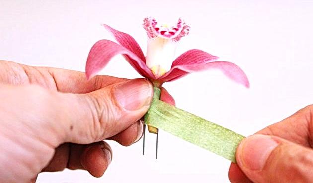 Как сделать оригинальный браслет из живых цветов для любого торжества