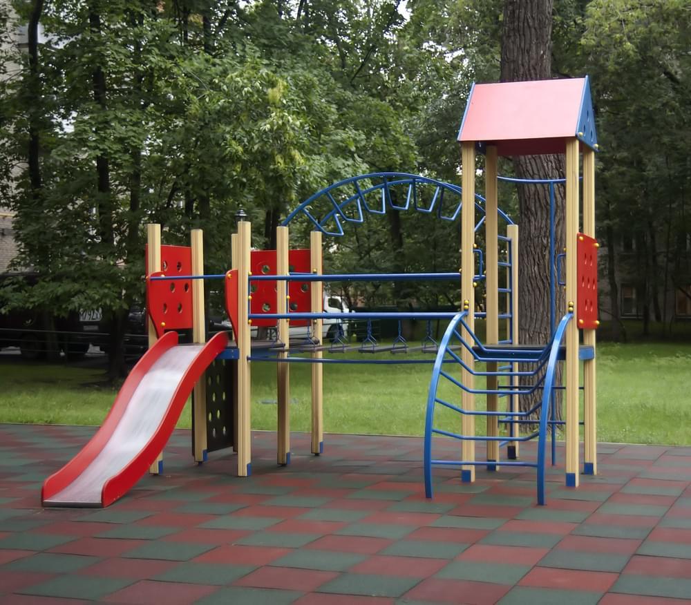 Как и почему современные детские площадки покрываются резиновой плиткой