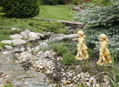малые позолоченные скульптуры девочек у речки для сада ландшафтный дизайн