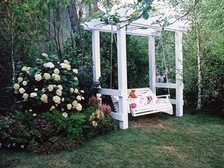 деревянные белые качели-скамья в саду