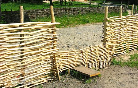 Как сделать плетеный забор на даче