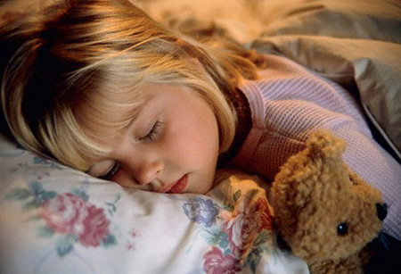 Заставлять ложиться ребенка спать в определенное время, тем не менее, вовсе не обязательно нужно с боем