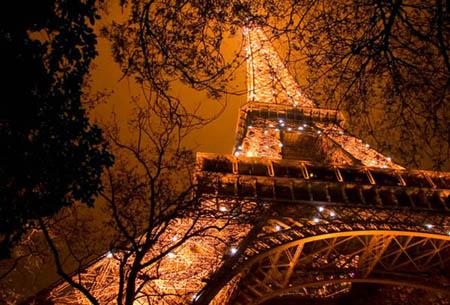 Расскажите ему о том путешествии в Париж ...
