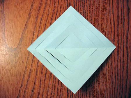 Положите перед собой – один из них – любым из двух остриев квадрата, где в середине между разрезанными линиями есть бумага, по направлению к себе, чтобы вы выдели перед собой ромб