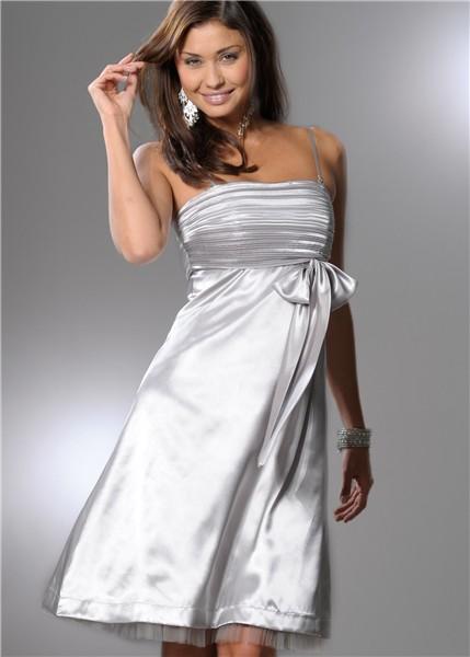В крайнем случае, платье (или костюм с юбкой), но более короткое, например, чуть ниже колена или до середины икры