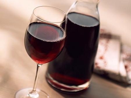 Для вьющихся волос попробуйте красное сухое вино и яйца