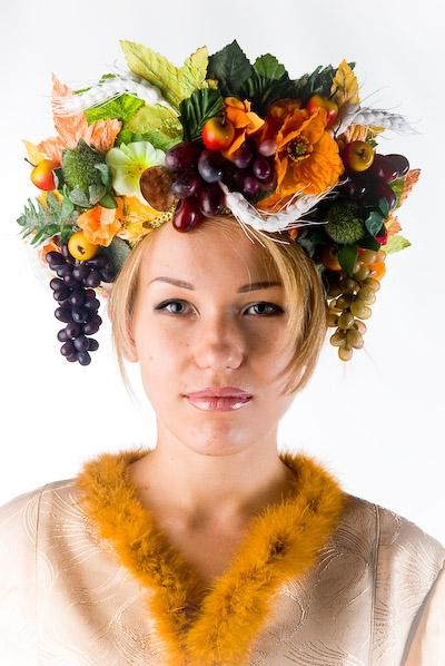 Декорируйте головной убор настоящими или искусственными гроздями винограда, ввертками с орехами и желудями, яблоками, засушенными или искусственными осенними листьями, цветами, колосками и проч. атрибутикой осени и урожая