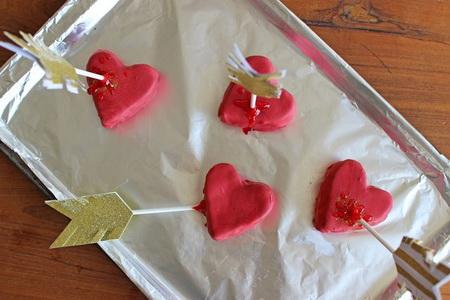 Как легко сделать пирожные в виде сердца со стрелой?