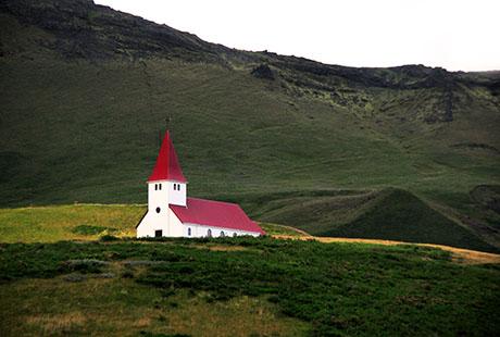 Исландия, церковь с красной крышей на обрыве