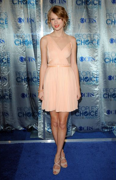 Первая любимица Америки, Тейлор Свифт (Taylor Swift), просто светится в этом персиково-пастельном платье