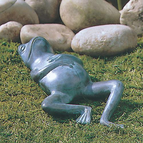 маленькая скульптура лягушки в саду у камней ландшафтный дизайн