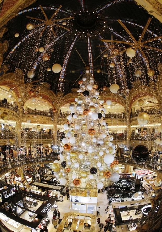 Как в этом году украшены новогодние елки в разных городах мира
