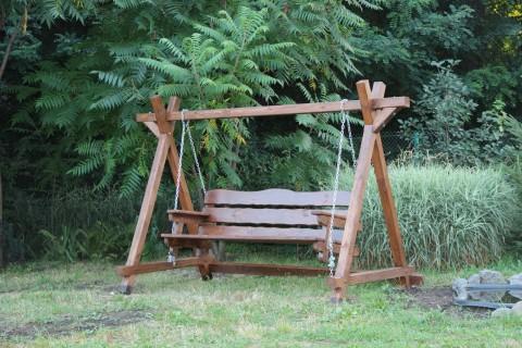 деревянные качели-скамья в парке