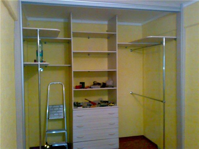 Как обустроить универсальную гардеробную в квартире?
