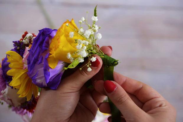 Как сделать весенний венок (корону) из живых цветов для любого торжества