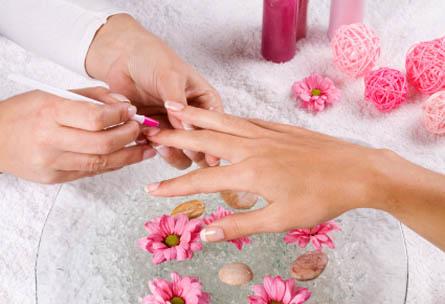 сеанс маникюра в салоне мастер руки цветы французский маникюр