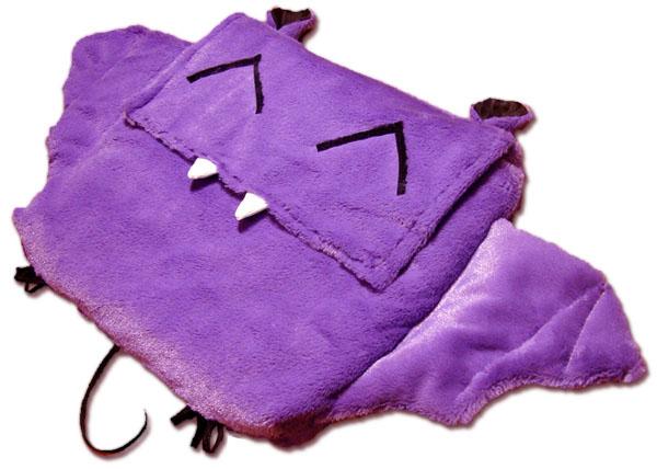 самодельная сумка для ноутбука в виде фиолетовой сиреневой плюшевой летучей мыши