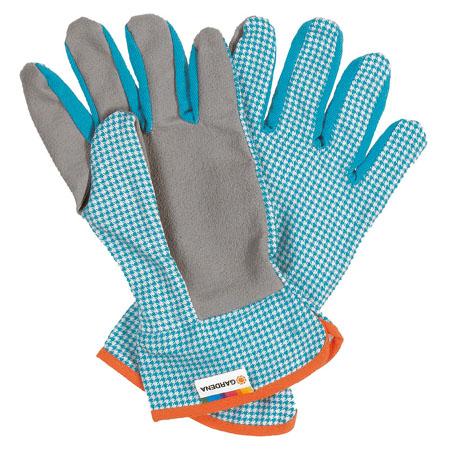 Набейте садовые перчатки (или не набивайте – по желанию) и поместите их на концы «рук»