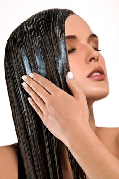 Перед тем, как пойти купаться, увлажните ваши волосы