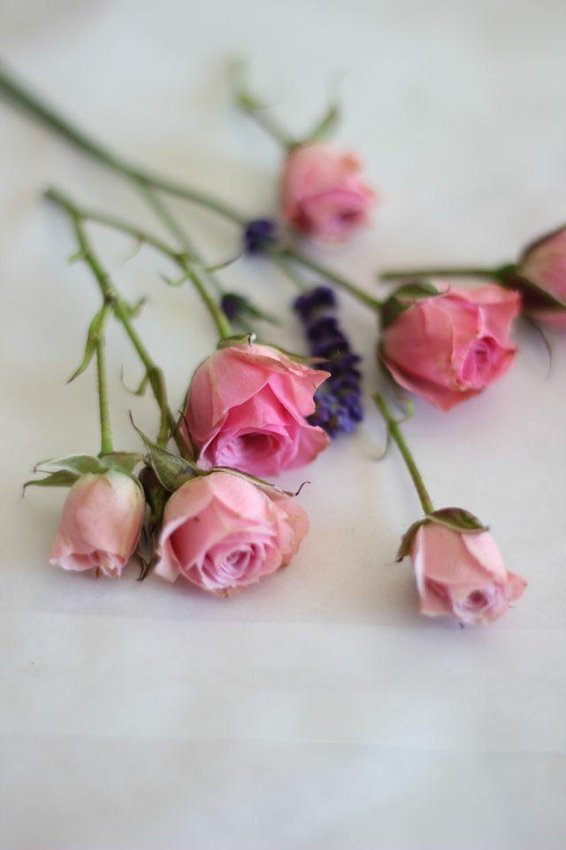 В формочки для воска быстренько закладываем свежие или засушенные цветы