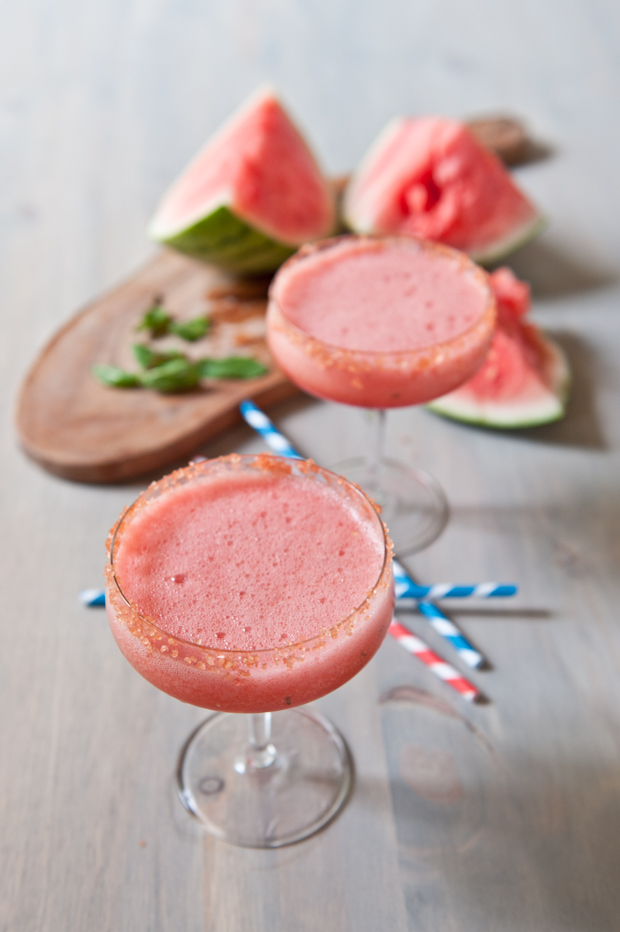 алкогольный освежающий коктейль с мякотью из арбуза