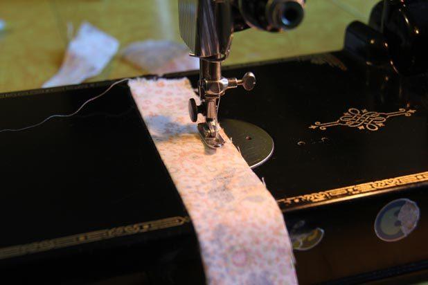 Для завязок сложите полоски плотной ткани по длине пополам, лицевая к лицевой. Прошейте по длинному сдвоенной краю на машинке с отступом от края