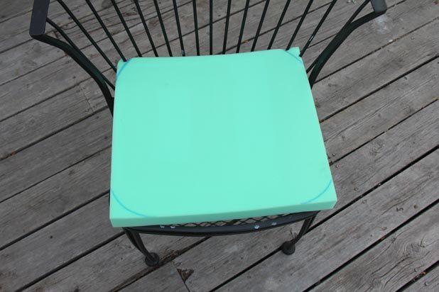 Итак, положите кусок пеноматериала на сидение, немного вдавливая в спинку, и переведите ручкой или маркером форму сидения стула на материал