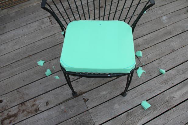 Если уголки у сиденьев стульев закруглены, просто обрежьте куски пеноматериала по углам под 45 градусов