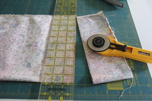 Вырезаем ткань по форме сидений, добавляя с каждого открытого края по 5-6 см на высоту подушек из пеноматериала и припуски на швы