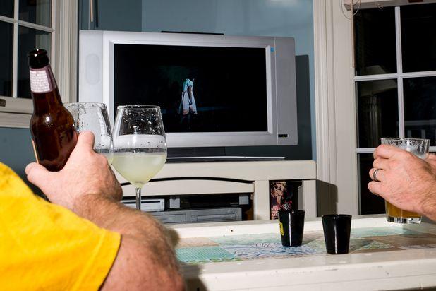 пьем во время просмотра ужастика  - алкогольные игры на Хэллоуин