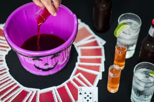 наполни тыкву страшным коктейлем - алкогольные игры на Хэллоуин
