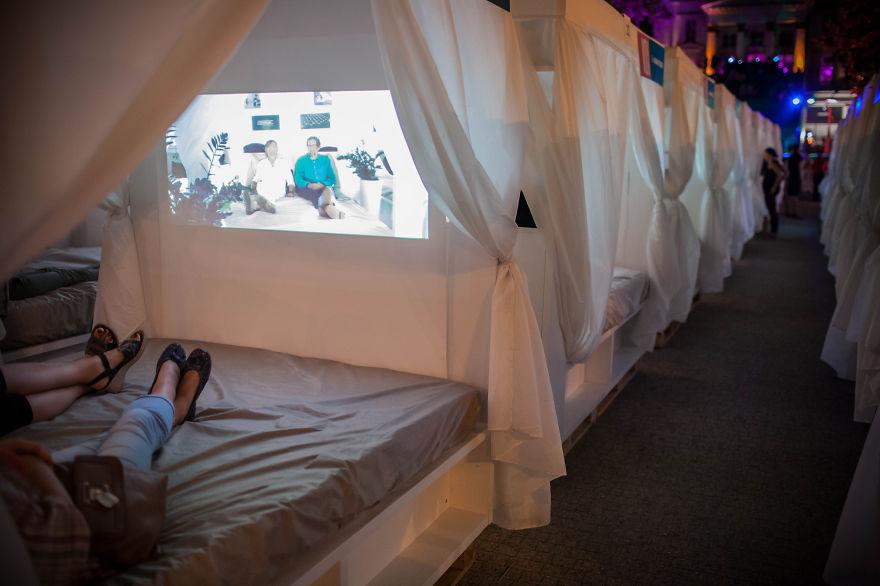 Кинотеатр на открытом воздухе с индивидуальными мини-«залами» на кроватях на Трансатлантическом фестивале, Познань, Польша