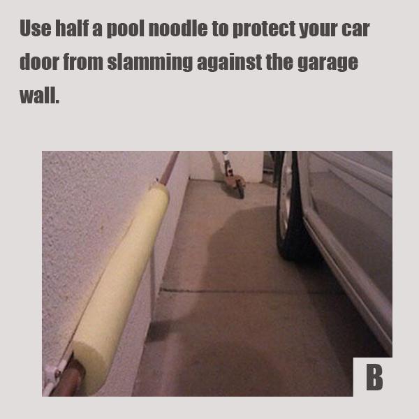Чтобы раз за разом не повреждать дверь вашего железного друга со стороны водителя о стенки гаража, наклейте на соответствующем уровне на стену/прутья толстую полосу поролона или половину поролоновой палки (нудолса) для бассейна