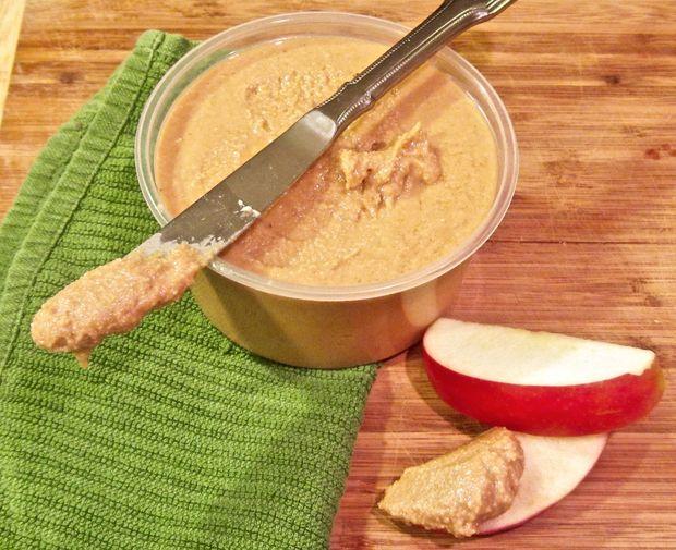 Домашнее арахисовое масло с кусочками яблок по утрам