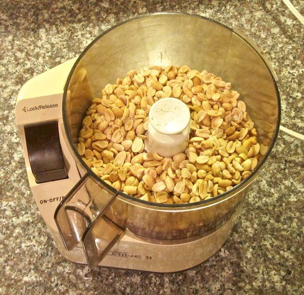 Засыпаем орехи в блендер и начинаем обрабатывать – сначала отдельными интервалами по 1 минуте