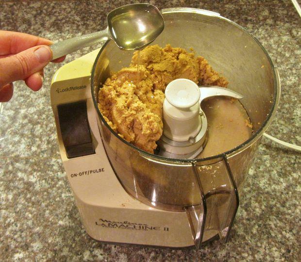 Чтобы арахисовое масло получилось более влажное и гладкое, обрело более кремовую текстуру, добавьте в него покупное жидкое (наподобие оливкового) масло из арахиса
