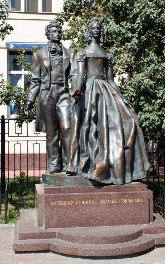 "Александр Пушкин и Натали на улице ""Арбат"" памятник писателю"