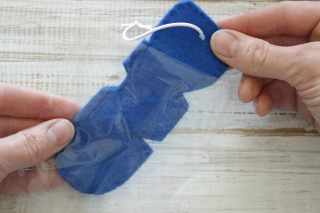 Положите ваш готовый автомобильный освежитель воздуха в маленький целлофановый пакет