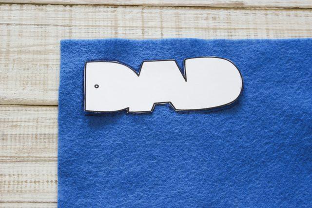 Ручкой обводим вырезанные шаблоны на фетре