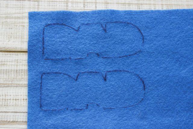 Если фетр двусторонний, т. е. не имеет изнаночной и лицевой сторон, просто обведите шаблоны одинаково