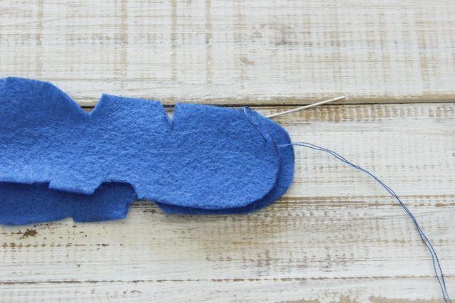 Если шьете вручную, спрячьте начальный узелок между двумя деталями ароматизатора, как и завершающие узлы