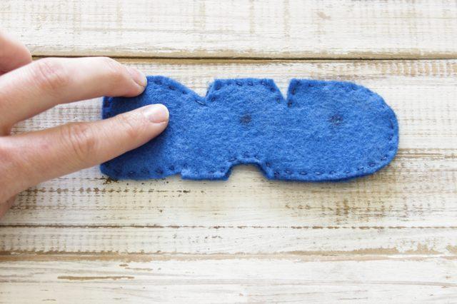 Чтобы капли эфирных масел не остались на фетре пятнами, сразу после нанесения всех помассируйте влажные точки пальцами