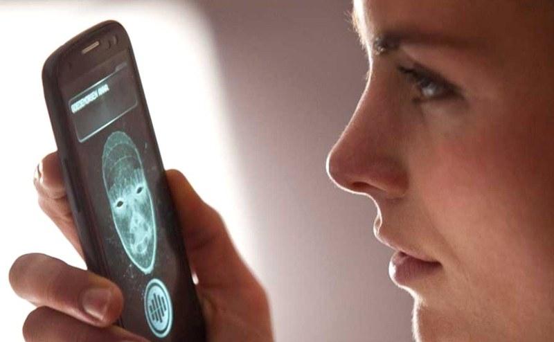 """Фильмы осени 2013: «Андроид» (App). Кадр из фильма: Анна обнаруживает приложение """"Айрис"""" на своем смартфоне"""